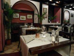the interior of Il Desco is simple