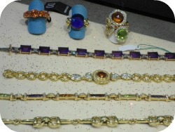 Florence Shopping - Gold Jewelery - bracelets and rings with stones