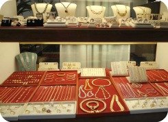 Florence Shopping - Gold Jewellery - Caselli Jewelers