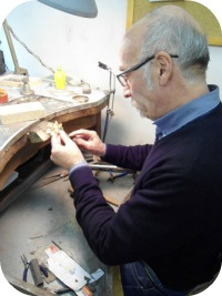 Florence Shopping - Gold Jewelery - OroDue goldsmith working
